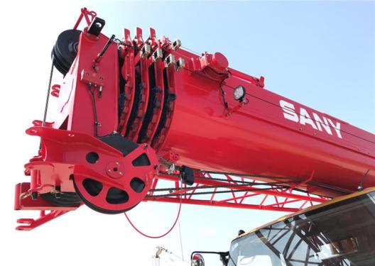 【超强主臂】50吨级臂长43.5米,截面加大10%,全伸臂最大起重力矩768KN.m。