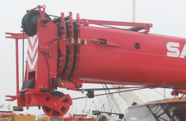 【Boom】Powerful telescopic boom:  1.The boom has a full extension length of 35m and a maximum lifting moment of 1078kN·m. 2.The boom system has a large cross-section with high rigidity, which, together with its PE wear pads, ensures the smooth movements.