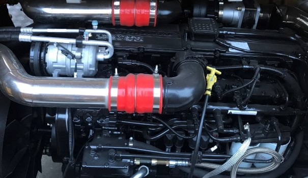 【Engine】Powerful engine: The Dongfeng Cummins ISLe290 30 high power engine works in concert with the 9-speed synchronizing transmission, ensuring the maximum speed of 85km/h, the maximum gradeability of 40%.
