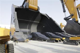 【大作业量铲斗】1、可配置7.0m³ SE型大作业量铲斗和5.8m³ R型重负荷岩石铲斗,最大可选装8.5m³土方斗; 2、双层耐磨钢、加强型耳板、挖掘型重载斗齿、两级防护侧唇、高强度耐磨主刃。