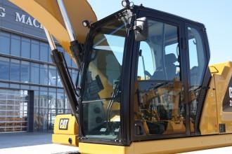 【ROPS驾驶室】ROPS(翻滚保护) 驾驶室 安全的驾驶室提供整天的舒适感 ·座椅宽大且可调节,匹配所有体型的操作手,先进的减震装置可减少震荡。 ·所有控制功能均位于操作手前方,让控制挖掘机更舒适。 ·标配自动气候控制让您在整个作业期间享受合适温度。 ·驾驶室全周视野良好,标配蓝牙收音机。