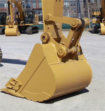 """【前端工作装置】前端工作装置 ·配备5.7米动臂和2.9米伸展斗杆,可靠耐用,工作范围大。 ·配备1.0 m3 (1.31 yd3 )HD 铲斗,600 mm(24"""")履带。"""