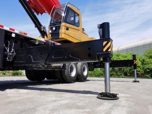 【双级活动支腿】支腿跨距5.75米×7.2米达到50吨级水平,吊高吊远更稳