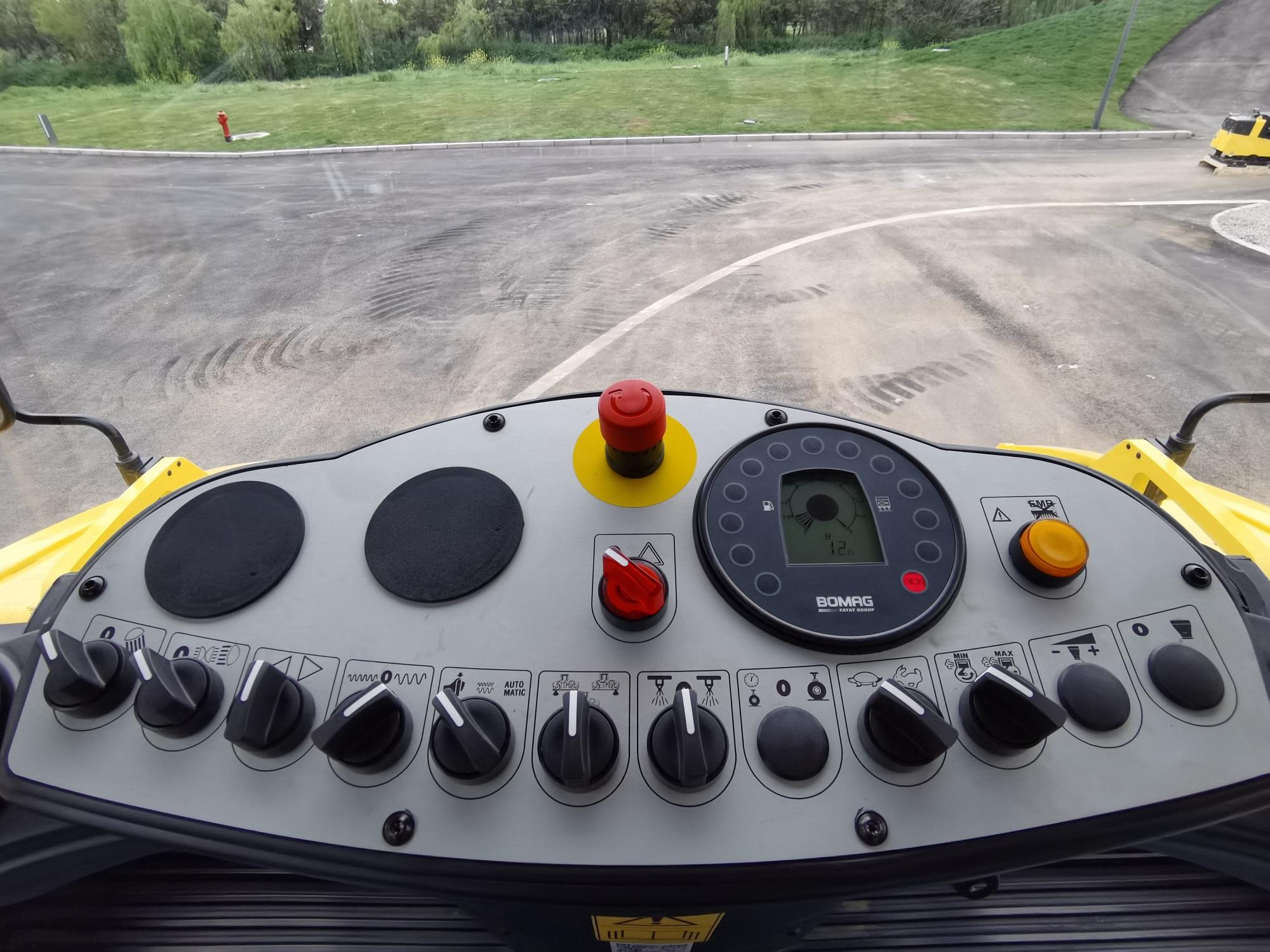 【多图】宝马格 BW203AD-4压路机仪表台细节图_高清图