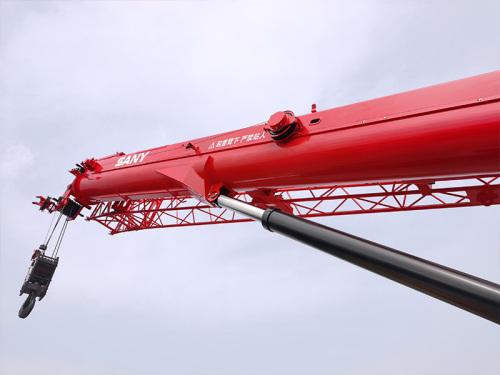 【超长超强主臂】1、主臂44.5米行业更长,采用高强钢板截面加大加强; 2、加粗油缸快伸工况最大额载吊重25吨。