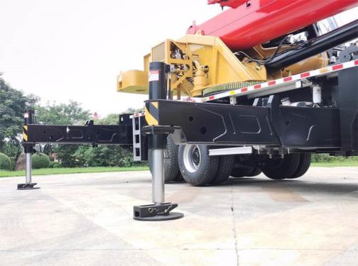 【双级活动支腿】支腿跨距6.05米×7.4米,前腿低置设计,吊载更平稳。