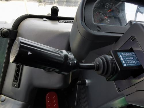 【变速系统】采用定轴式电控换挡变速箱,变速箱使用寿命长,换挡操作简单方便,操作舒适性高。