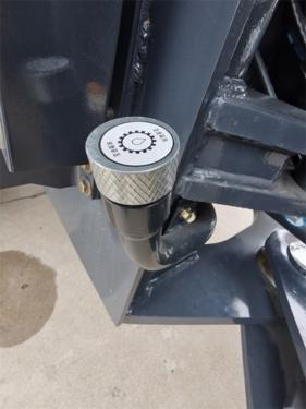 【维护保养便利】黄油口,放水口、加油口都通过钢管或软轴引到了车体外,加注维护方便;车体中间空间大,车身两侧留有维修孔,平时用挡板盖住。