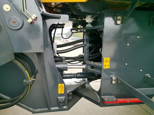 【车架高位铰接】车架大开档式铰接,上下各采用两套圆锥滚柱轴承,良好的密封润滑,结构承载能力更大,寿命更长。