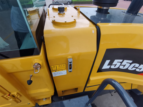 【后置式液压油箱】液压油箱布置在驾驶室后方,机罩前面,节省了空间,油路走向顺畅。