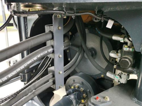 【优化液压管路】过铰接处液压油管布置整齐,互不干涉,前后车架两处分别用橡胶块固定,防止挤压,留出较大空间,方便后期维护。
