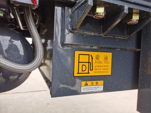 【后置式柴油箱】柴油箱布置在整车后部,与配重并排,减少了配重本身的重量,从而减少了整车的重量,载荷布局更合理,降低了油耗。
