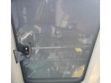 【鋼制天窗】標配鋼制天窗。選配透明的聚碳酸酯天窗,能增加駕駛員視野。