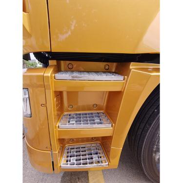 【上车踏步】整车设计4级上车踏步,方便上下车,铸铝踏板,美观质轻。