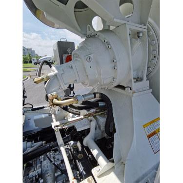 【减速机】功能: 传输发动机动力,驱动搅拌车筒体的正反转。 特点: 1.液压系统采用闭式回路,安装、布置简单,工作稳定可靠,传输效率高,操纵灵活方便; 2.减速机采用国际一线品牌ZF、TOP、PMP等,油泵+马达:德国力士乐、萨澳、丹佛斯等,多种豪华配置供您选择; 3.星马搅拌车采用国际一流的液压件,并与力士乐、ZF等公司长期保持战略合作关系。为客户的提供可靠放心的搅拌车。