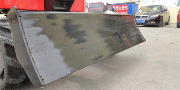 【加强推土板】标准配置推土铲可平整场地、土方回填、增加整机稳定性。