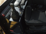 【操作设计】1.集成平台式设计,方便机手集中操作控制; 2.先导工作手柄,作业控制更加精准; 3.24V电源输出,满足日常充电需求。