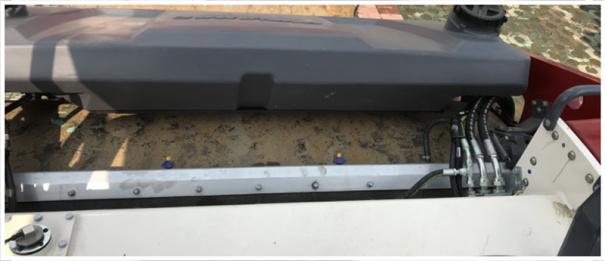 【维护保养】1.戴纳派克通过一系列先进的设计理念及方法,确保服务维修方便快捷,令设备取得最大正常运行时间;2.工作面板可以显示所有维护保养信息;3.转向油缸和转向轴承均无需做日常黄油加注的保养,使整个转向系统的维护保养周期大大增加,降低了维护保养成本;4.液压软管由几段组合而成,可以避免因软管的损坏而更换整根软管,减少了维修的工作量;5.撒水泵和滤芯位于一处,保养方便;