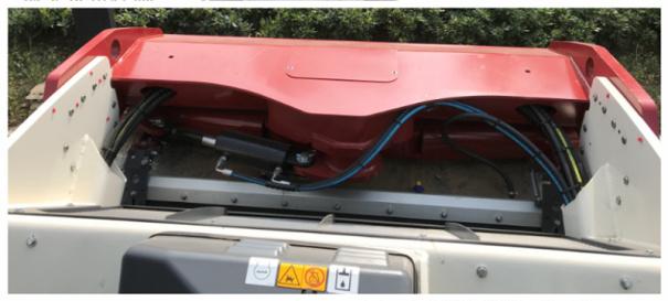 【视野】1.满足 1 x 1 米安全视野;2.良好的工作视野直接影响压路机的施工效率和安全性; 3.独特的设计,确保视线覆盖钢轮表面,喷头和钢轮边缘。