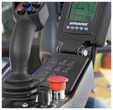【安全】1.戴纳派克双钢轮压路机配置4柱式ROPS防倾翻系统驾驶室,为您带来优越的视野和安全的操作; 2.急停按钮置于操纵手柄右手边,方便接触。