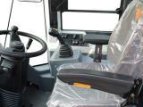 【驾乘舒适】可调式方向机+前后可调先导手柄,驾驶员根据需求调节最佳操纵姿势,操作舒适。大空间驾驶室+豪华座椅+大角度调节靠背,减震性好,缓解疲劳,靠背后倾角度大,可放倒休息。