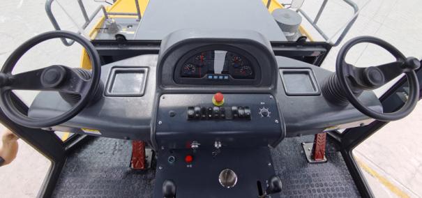 【仪表台】1、采用一体式仪表操纵台,上台面吸塑结构,左右方向盘联动链条传动,上下可调整41°,适合不同身高驾驶员; 2、单手柄操纵,左右联动,具有中位指示灯,简单便捷; 3、手柄、开关、座椅、方向盘四位一体,满足人机工程学设计。