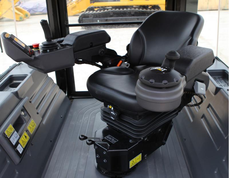 【多圖】CAT?(卡特)CB13雙鋼輪壓路機豪華座椅細節圖_高清圖