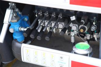 【舒适的操控台】1、 支腿调平操作同步性好,无需反复调整,能快速进入作业状态 ; 2、应急手动泵,面对紧急情况可以从容应对,多一份安全保障 。
