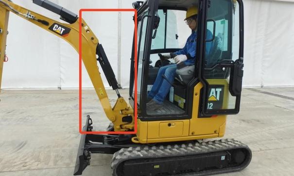 【油缸上置】卡特彼勒302 CR挖掘机采用油缸上置设计,让设备在施工过程中更加安全有保障。