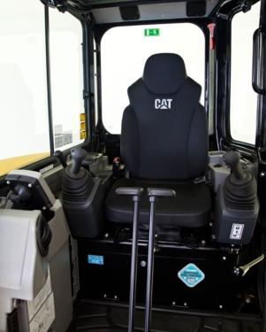 【全天候舒适体验】宽敞舒适的操作台具有宽阔的视野和腿部空间,可让操作员保持舒适和降低疲劳度,标准特性包括:• 可以向后倾斜的悬浮座椅,具有可调节腕托。• 所有功能(包括行驶操纵杆和推土功能)的先导操纵控制装置。