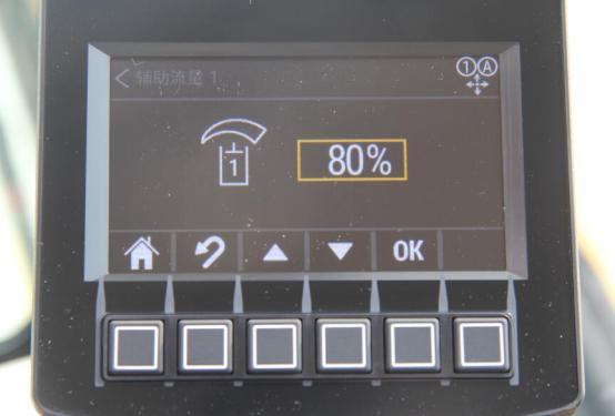 【标配先进工装控制】持续流量  4秒钟系统即可保持工装流量开启状态。即踩下踏板4秒后,可以松开打锤踏板(大手柄为打锤按钮),锤依然连续工作。此时只需控制大臂压住钎杆即可。这极大的减轻了打厚板的工作强度。最大流量可调:在相同发动机转速下,可以通过显示器调节供给锤的最大液压油流量。这让你的机器适合更多工装,同时更节油。