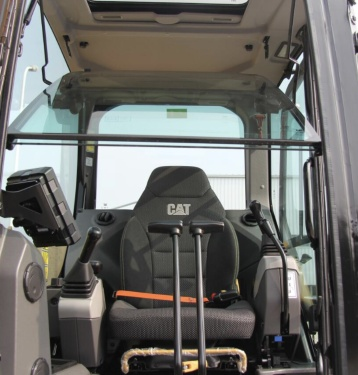 【全天候舒适体验】一体式密封增压防翻滚低噪驾驶室,操控舒适。一体式密封增压防翻滚低噪驾驶室,太空舱一般有效降低噪音水平,提升密封性能,阻挡异味。驾驶室配备了经过改进的空调系统,空调制冷制热效果好,可调节腕托和悬浮座椅,有助于您全天舒适工作。