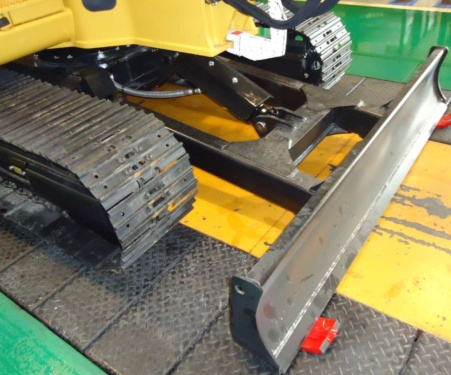 【推土铲可浮动】推土铲具有浮动功能 推土铲控制阀有四个档位,添加了铲刀浮动位置控制,让推铲依地面起伏而浮动。独特功能,依地形调整推铲的起伏,是场地整平和挖沟回填作业的理想选择,即使是经验不足的操作手,也可以有效轻松地完成任务。