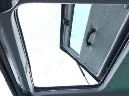 【大型天窗】采用带气动杆的天窗设计大型天窗,有助于空气流通。