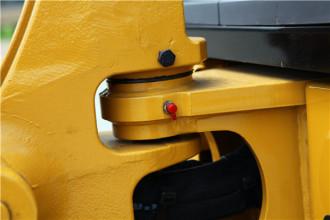 【维修保养】维修保养1、液压系统及电器部件集成于可掀翻式驾驶室下面,拆检维修方便;2、液压系统带SOS检测口,便于检查油样,降低整体运营成本;3、LCD集成显示器含有维修保养信息,便于了解机器状态。红色部位是加注润滑油的口。