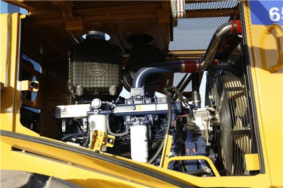 【强劲动力】强劲的动力系统1、162kW 2000RPM 高压共轨三阶段排放发动机2、三级空滤,三级燃油滤,滤清效率更高3、3速可调电磁风扇,油耗更低 4、Cat 技术减震可靠耐用