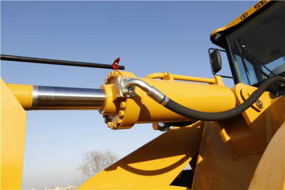 【液压系统】高效的液压系统1、带浮动功能的三位四通阀设计,微动性能好,实现高精度作业; 2、负荷转向控制性好; 3、双泵合流液压系统动作时间快,油耗低。