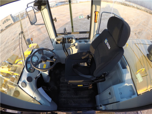 【舒适驾驶】宽敞舒适的驾驶室1、驾驶室宽敞明亮,空间更大,视野更好;2、采用专利减震系统,确保室内噪音更低;3、机械式可调高靠背悬挂座椅,更加舒适;4、带推拉窗侧门,方便通风;带新风增压;功能冷暖空调可选配;5、单杆变速操纵阀,增加了通用性;6、三级报警集成仪表可靠性高,维护方便; 7、多达8个出风口,温度调节更快除霜效果更好。