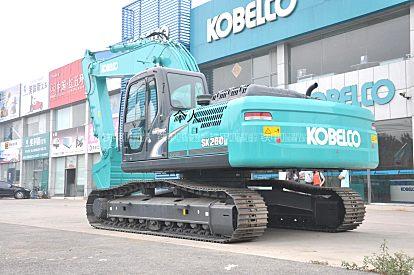 出租神钢挖掘机西藏那曲安多县出租神钢SK260LC-8挖掘机带破碎锤