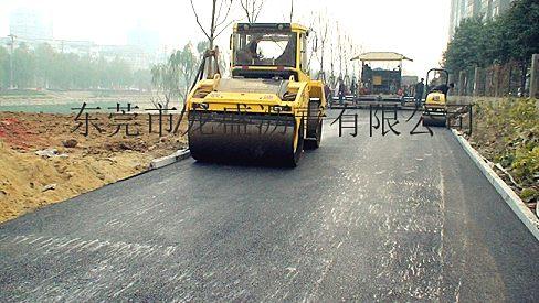 东莞沥青自行车道绿道公园跑道施工:摊铺机包工包料