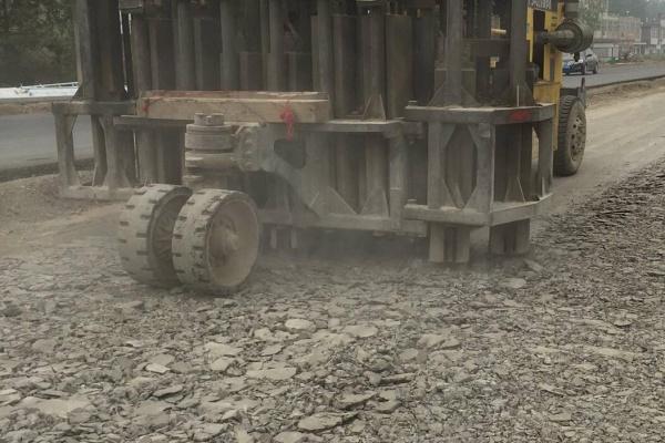 多锤头破碎机、水泥路面破碎机、出租出售13805349761